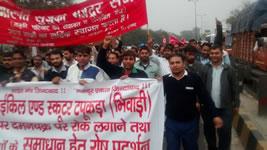 16.2.2016: Honda Arbeiter in Indien blockieren Firmensitz – und demonstrieren gemeinsam mit Studierenden der Nehru Universität in Delhi