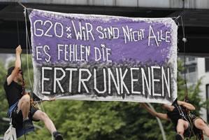 """Banner über der G20-Demo am 8.7.2017 in Hamburg: """"Wir sind nicht alle - es fehlen die Ertrunkenen"""""""