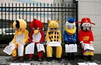 Comic-Figuren demonstrieren für chinesische Wanderarbeiter