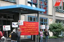 Gewerkschafter protestieren vor Frankfurter DGB-Haus wegen Tarifverhandlungen mit Zeitarbeitsverbänden