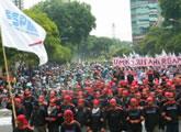landesweite Streiks für höheren Mindestlohn und gegen Outsourcing in Indonesien