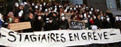 """""""Arbeiten ohne Geld - Das kann doch nicht Euer Ernst sein? Der 1. internationale Praktikanten-Aktionstag am 1. April 2006, hier in Paris"""