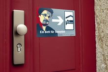 """Aufkleber mit dem Slogan """"Ein Bett für Snowden"""""""
