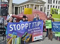 Bündnis von 61 Organisationen protestiert gegen Freihandelsabkommen am 6.5.2014 in Berlin