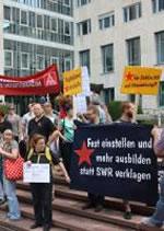 Daimler klagt gegen SWR: Rund 50 DaimlerarbeiterInnen und zahlreiche UnterstützerInnen demonstrierten vor dem Landgericht