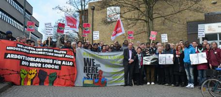 """Teilnehmer ver.di Landesbezirkskonferenz Hamburg zeigen Solidarität mit den Flüchtlingen der """"Lampedusagruppe"""" in Hamburg"""