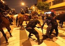 Polizeiaufmarsch gegen die peruanische Jugend