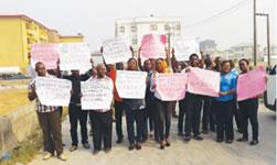 Protest gegen das Unternehmen der Zementindustrie Holcim in Nigeria
