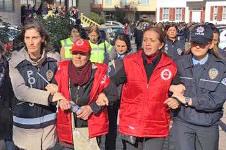 Die Generalsekretärin der Konföderation der Revolutionären Arbeitergewerkschaften (DISK), Arzu Çerkezoğlu, festgenommen