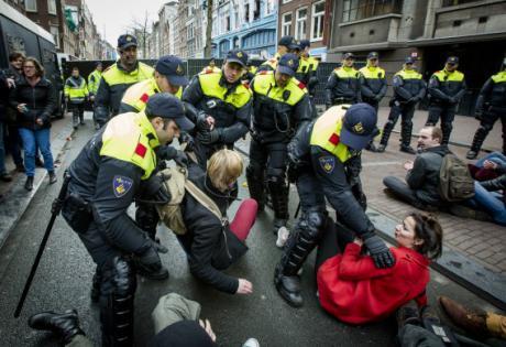 amsterdamer polizei gegen studenten
