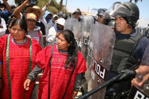 Landarbeiterinnen in unfreundlicher Begleitung