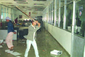 Im Juli 2015 werden streikende Textilarbeoiterinnen wegen einer Straßendemo als Aufrührerinnen verurteilt - da gab es, wie hier 2006, schon ganz andere Aktionen