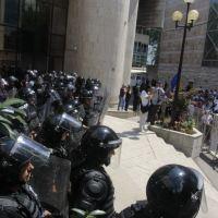 Wenn das Volk zu seinen Vertretern will ist das Empfangskomitee stets uniformiert - auch vor dem bosnischen Parlament am 30. Juli 2015