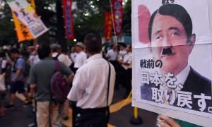 Abe mit Hitlerbart - Antikriegsdemo Tokio am 22. Juli 2015