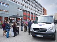 "[Berlin] ""Irren ist amtlich – Beratung kann helfen"". Mobile Hartz IV-Beratung vor Jobcentern"