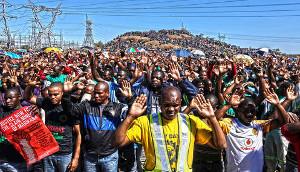Demonstration der Streikenden in Marikana - zwei Tage vor dem Terror der südafrikanischen Polizei