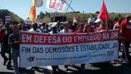 Autobahnblockade im brasilianischen Sao Jose am 14. August 2015: GM Belegschaft im Streik gegen Entlassungen