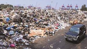 Dies ist keine Müllkippe in Beirut im August 2015 - sondern eine spontane Müllansammlung - Grund für streiks udn Proteste