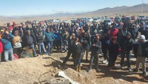 Die Streikenden der Salvador Mine in Chile protestieren Ende Juli 2015 gegen die Ermordung eines Streikenden durch Spezialeinheiten der Polizei