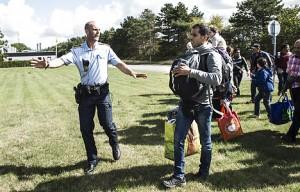 Vergeblicher Versuch der dänsichen Polizei, Flüchtlinge an der Durchreise zu hindern - am 9. September 2015