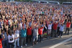Die streikende Fordbelegschaft in Sao Bernardo nimmt das verhandlungsergebnis an - am 18.  September 2015