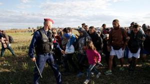 Ungarische Polizei schlägt Flüchtlingskinder am 3. September 2015