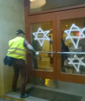 Foto: Andreas Köhn: Geschäftsführer des Kino Babylon, Timothy Grossman, sprüht Davidsterne an die Eingangstüren des Kinos