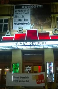 """Foto: Andreas Köhn: Plakat am Kino Babylon: """"Boykott"""" und """"Deutsche! Wehrt euch! Kauft nicht im Babylon!"""""""