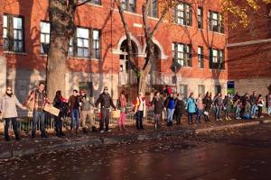 Menschenkette vor Schule - Protestform in Paris 22.11.2015