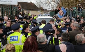 Irische Ministerpräsidentin im PKW blockiert