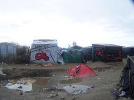 Reportage aus Calais von Bernard Schmid im Dezember 2015: der MigrantInnen- Slum von Calais - Let's go England / GB