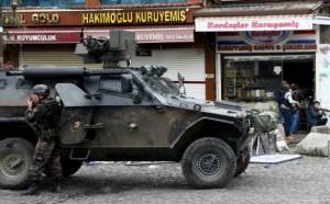 Panzerwagen vor einem kurdischen Terroristennest, wie immer auf der Hauptstraße hier in einem Stadtteil von Diyarbakir im Dezember 2015