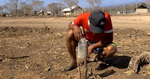 Ins trockene Hinterland vertrieben: Kolumbien 2015 müssen Menschen für bergbaumultis Platz machen