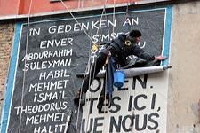 In Gedenken an die OPfer des NSU - Wandbildaktion vom Bündnis gegen Rassismus am 8. Februar 2016 in Berlin (Umbruch Bildarchiv)