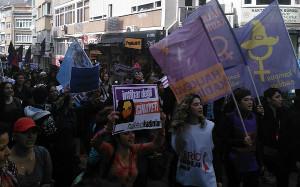 Zum Frauentag in Istanbul: Demo trotz Verbot (6. März 2016, sendika.org)