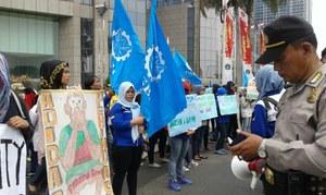 Indonesische Arbeiterinnen protestieren vor der japanischen Botschaft in Djakarta weil ihnen Mizuno Sports Entschädigung schuldet - März 2016
