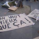 #NuitDebout: Am Rande einer Vollversammlung auf der Pariser place de la République: Pinseln von Demo-Transparenten (Foto: Bernard Schmid)