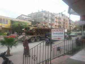 Auf der Straße nach Harbiye, vor Dükkan Ğabbut: Bilder eines Militärkonvois auf dem Weg nach Yayladağı. (Foto: Friedensratschlag Hatay)