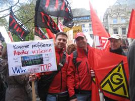 """VW- und Daimler-Kollegen bei der Demo """"TTIP & CETA stoppen"""" in Hannover am 23.4.2016"""