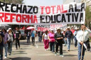 Mexiko: Demonstration (trotz Verbot mit etwa 10.000 TeilnehmerInnen) in Oaxaca - die Opposition der Lehrergewerkschaft lässt sich am 24.5.2016 ihr Demonstrationsrecht nicht nehmen