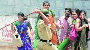 Indien: 1. Mai 2016 in Bangalore - trotz Polizeiterror kämpfen die Textilarbeiterinnen weiter