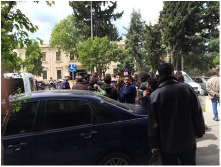 Syrische Flüchtlinge beim Sitzstreik vor dem Büro des Gouverneurs von Hatay (2. Bericht des Friedensratschlags Hatay - April 2016)