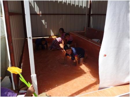 Die folgenden drei Fotos vom Lager Boynuyoğun in Altınözü zeigen jeweils die Zustände am Geschirrspülbecken, der Damentoilette und dem Bereich, wo Kinder spielen (2. Bericht des Friedensratschlags Hatay - April 2016)
