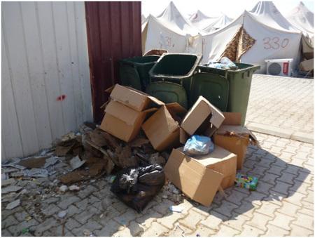 Die folgenden beiden Bilder zeigen den Bereich außerhalb der Zelte sowie die unhygienischen Zustände im Sanitärbereich im Camp Apaydın (2. Bericht des Friedensratschlags Hatay - April 2016)