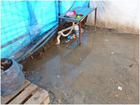 Diese drei Bilder zeigen den Bereich zum Geschirrspülen und Wäschewaschen sowie eine Dusche im Lager Tekel in Yayladağı (2. Bericht des Friedensratschlags Hatay - April 2016)