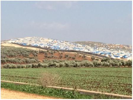 """Die """"Zeltstadt"""" Atme befindet sich direkt gegenüber dem Dorf Bükülmez in Reyhanlı auf der syrischen Seite der Grenze: (2. Bericht des Friedensratschlags Hatay - April 2016)"""