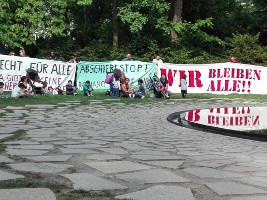 ROMA DAYS BERLIN - Mahnmal besetzt: Für Roma gibt es keine sicheren Herkunftsländer! Aktion am 22.Mai 2016 in Berlin