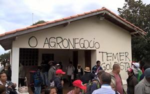 Die Bewegung der Landlosen besetzt die Fazenda des Möchtegern - Präsidenten Temer am 10. Mai 2016