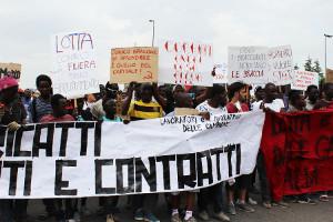 Tagelöhner Demonstration in Kalabrien im Oktober 2015 - die Proteste gegen die Verhältnisse, die am 8.6.2016 zu einem neuen Todesopfer geführt haben haben leider eine lange Tradition