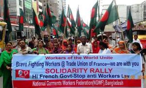 Die Textilarbeitergewerkschaft von Bangladesch organisiert eine Solidemonstration in Dhaka mit dem Kampf gegen das neue französische Arbeitsgesetz - 14. Juni 2016